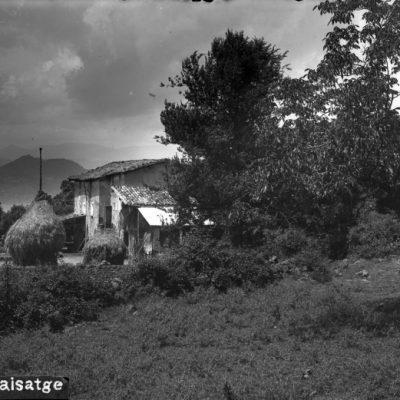 Vista parcial d'una masia, a Olot.