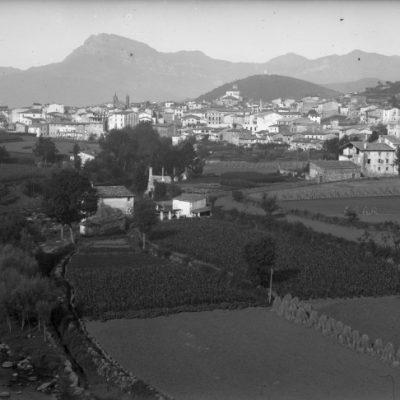 Vista general d'Olot, amb el riu Fluvià en primer terme, al seu pas per l'actual barri de Sant Miquel.