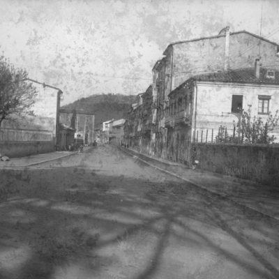 Vista general del carrer de Camil Mulleras, aleshores d'Isabel II, a Olot.
