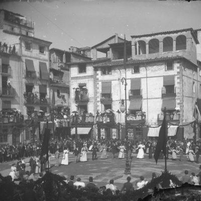 Vista parcial enlairada del passant de la sardana de Corpus, a la plaça Major d'Olot.