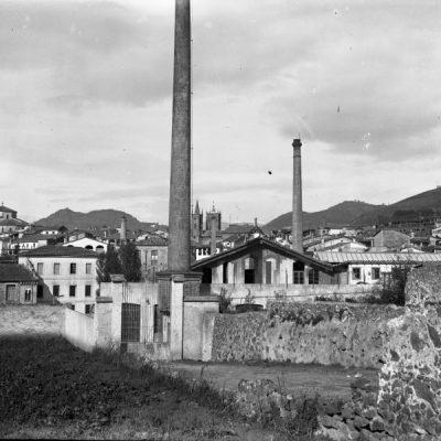 Vista parcial d'Olot. En primer terme, al centre, la fàbrica tèxtil Masllorens.