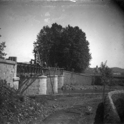 Vista parcial del pont de Ferro sobre el riu Fluvià, a Olot