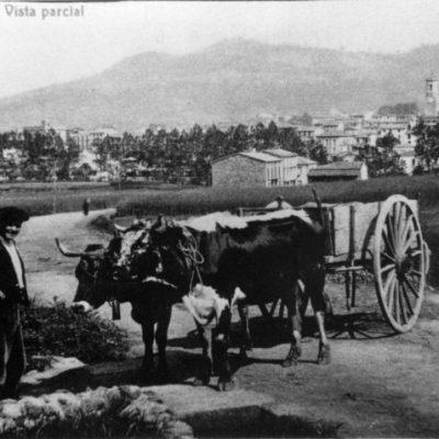 Reproducció d'una vista general de l'accés a Olot per la carretera de Santa Pau.