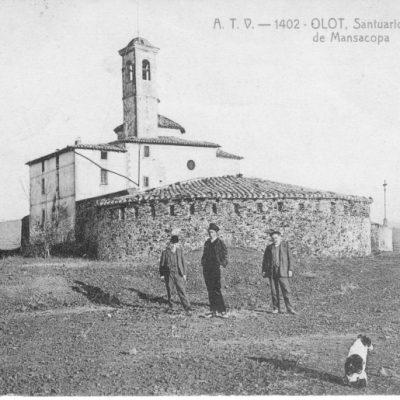 Vista general de la capella de Sant Francesc d'Assís, al cim del volcà del Montsacopa, a Olot.