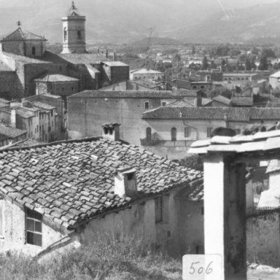 Vista parcial del nucli antic d'Olot. En segon terme, l'església parroquial de Sant Esteve d'Olot.