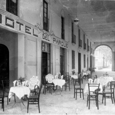 Vista general de la façana de l'Hotel del Parc, o Can Colom, a Olot, avui desaparegut.