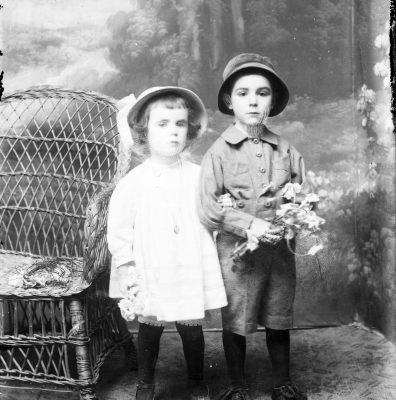 Retrat de cos sencer d'una nena i un nen.