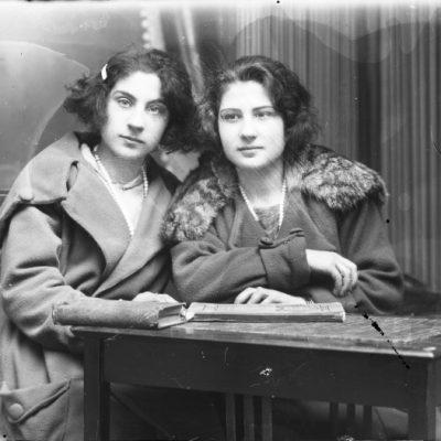 Retrat en pla mitjà de dues dones.