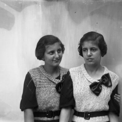 Retrat en pla mitjà de les germanes Antònia i Teresa Aubert.