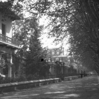Vista parcial del passeig de Barcelona, a Olot. En primer terme, a l'esquerra, la casa Pons i Tusquets.