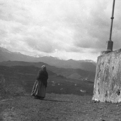Retrat de cos sencer d'una dona gran, al volcà del Montsacopa, a Olot.
