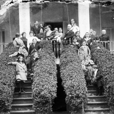 Retrat de grup de cos sencer d'una família, a la casa Quinta Justa, al passeig de Barcelona, a Olot.