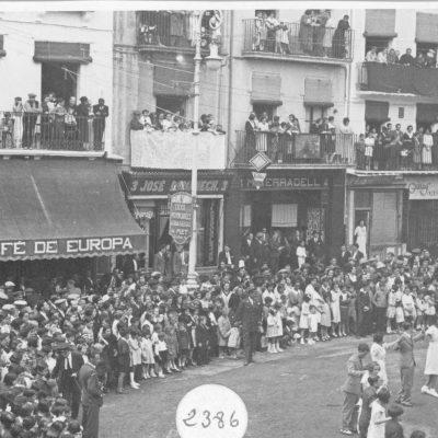 Cafè Europa, a la plaça Major d'Olot. Col·lecció d'Imatges de Josep M. Dou Camps, 1930