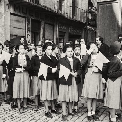 Plaça Major d'Olot, durant la celebració de la Santa Missió. Emili Pujol Planagumà, 1955