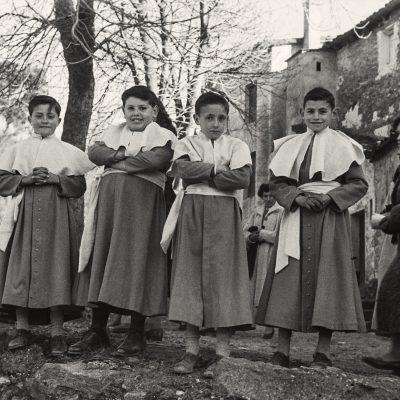 Escolanets a la Pinya, a la Vall d'en Bas. ACGAX. Emili Pujol Planagumà, c. 1955