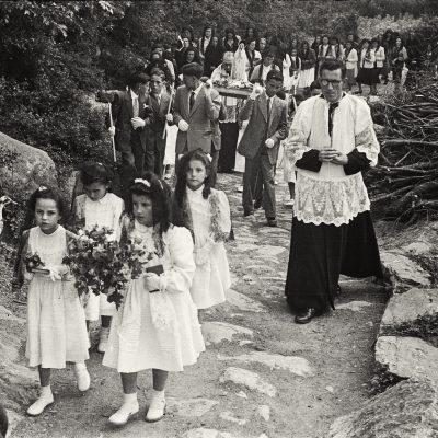 Processó a Sant Privat d'en Bas. ACGAX. Emili Pujol Planagumà, c. 1955