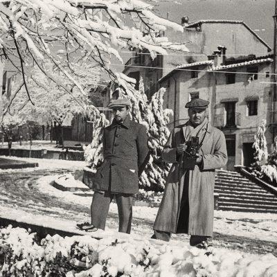 Els artistes Joaquim Marsillach i Àngel Vila, a Olot. ACGAX. Emili Pujol Planagumà, c. 1950