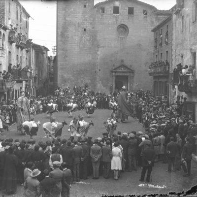 Vista general enlairada de la plaça de l'Església, a Sant Feliu de Pallerols, durant un ball dels Gegants i Cavallets.
