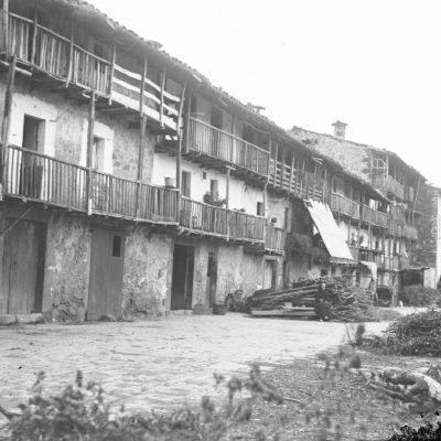 Vista parcial del carrer de la Teixeda, als Hostalets d'en Bas.