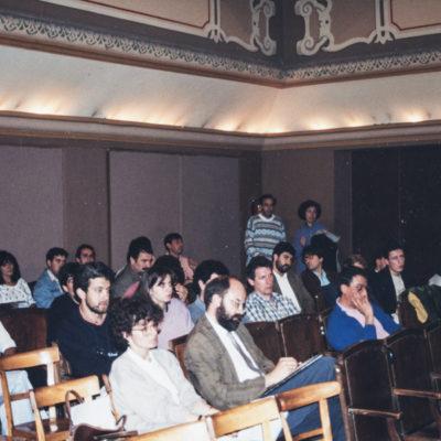 Públic assistent a una conferència a l'Orfeó. ACGAX. L'Ateneu - Grup de debats adherit a l'Orfeó Popular Olotí, 1992