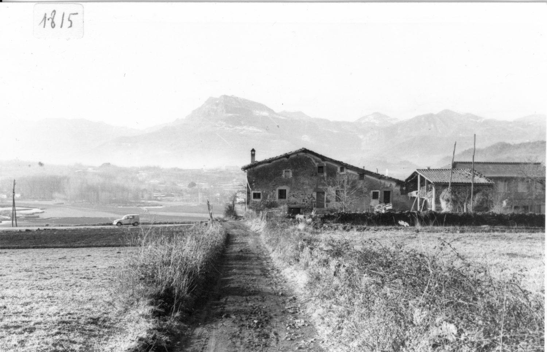 Masia el Puig, al barri de les Fonts, a Olot. Servei d'Imatges de l'Arxiu Comarcal de la Garrotxa