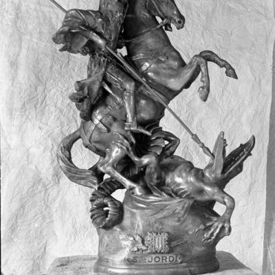 Escultura que reprodueix sant Jordi. ACGAX. Servei d'Imatges. Fons Sadurní Brunet Pi. Autor: Sadurní Brunet Pi, 1920-1930.