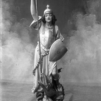 Escultura que reprodueix sant Jordi. ACGAX. Servei d'Imatges. Fons Fotografía Gotarde. Autora: Carme Gotarde Camps, c.1920.
