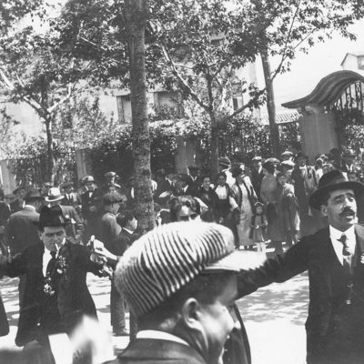 Primera diada de Sant Jordi a Olot. En primer pla, els assistents, ballant sardanes a la plaça de Francesc Vayreda. ACGAX. Servei d'Imatges. Col·lecció d'imatges de Josep M. Dou Camps. Autor desconegut, 1920.