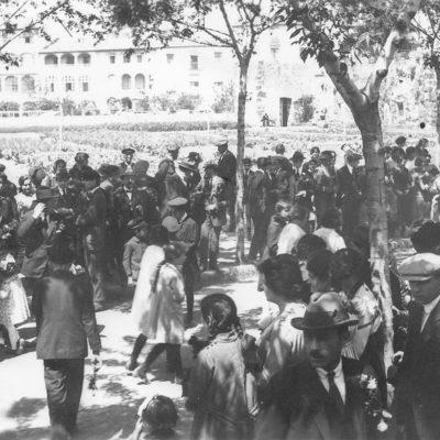 Primera diada de Sant Jordi a Olot. En primer pla, els assistents a la celebració reunits a la plaça de Francesc Vayreda. ACGAX. Servei d'Imatges. Col·lecció d'imatges de Josep M. Dou Camps. Autor desconegut, 1920.
