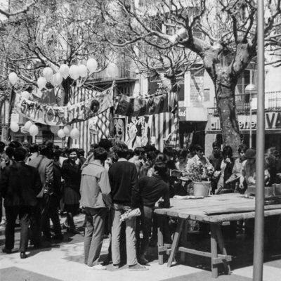 Celebració de la diada de Sant Jordi al passeig de Miquel Blay, o Firal. ACGAX. Servei d'Imatges. Col·lecció d'imatges de Josep M. Dou Camps. Autor: Josep M. Dou Camps, 1970.