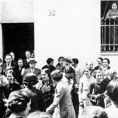 Celebració de la diada de Sant Jordi davant del convent dels caputxins. ACGAX. Servei d'Imatges. Col·lecció d'imatges de Josep M. Dou Camps. Autor desconegut, 1932-1933.