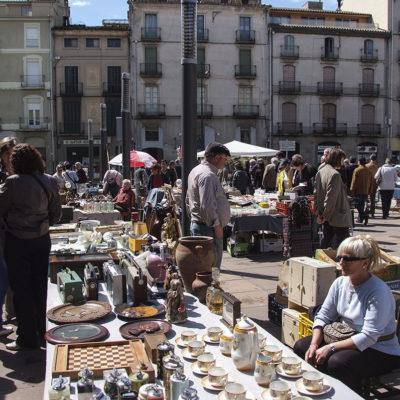 Mercat del col·leccionisme i d'andròmines a la plaça de l'Hospital. ACGAX. Servei d'Imatges. Fons Ajuntament d'Olot. Autor desconegut, 2009.
