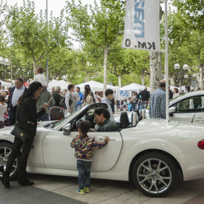 Mercat de l'automòbil nou i d'ocasió al passeig de Miquel Blay, o Firal. ACGAX. Servei d'Imatges. Fons Ajuntament d'Olot. Autor: Quim Roca Mallarach, 2015.