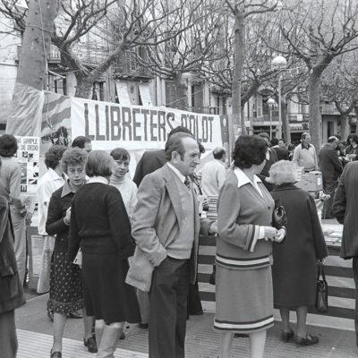 Parada conjunta dels llibreters d'Olot, durant la celebració de la diada de Sant Jordi al passeig de Miquel Blay, o Firal. ACGAX. Servei d'Imatges. Fons Josep M. Melció Pujol. Autor: Josep M. Melció Pujol, 1983.