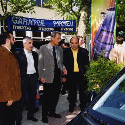 Les autoritats visiten el mercat de l'automòbil nou i d'ocasió al Passeig de Miquel Blay, o Firal. ACGAX. Servei d'Imatges. Fons Ajuntament d'Olot. Autor: Josep M. Julià Sacrest, 2000.