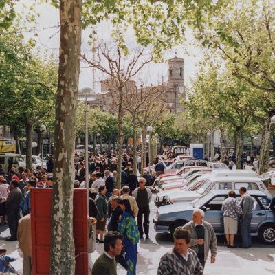 Mercat de l'automòbil nou i d'ocasió al passeig de Miquel Blay, o Firal. ACGAX. Servei d'Imatges. Fons Ajuntament d'Olot. Autor: Jesús Coma Rico, 1992.