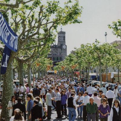Mercat de l'automòbil nou i d'ocasió al passeig de Miquel Blay, o Firal. ACGAX. Servei d'Imatges. Fons Ajuntament d'Olot. Autor: Jesús Coma Rico, 1994.