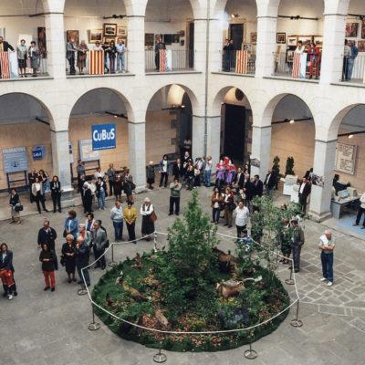 Inauguració de la Fira de l'1 de Maig al pati de l'Hospici. ACGAX. Servei d'Imatges. Fons Ajuntament d'Olot. Autor Josep M. Julià Sacrest, 1997.