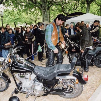 Exposició de motos Harley Davidson al Passeig de Miquel Blay, o Firal. ACGAX. Servei d'Imatges. Fons Ajuntament d'Olot. Autor: Josep M. Julià Sacrest, 2001.