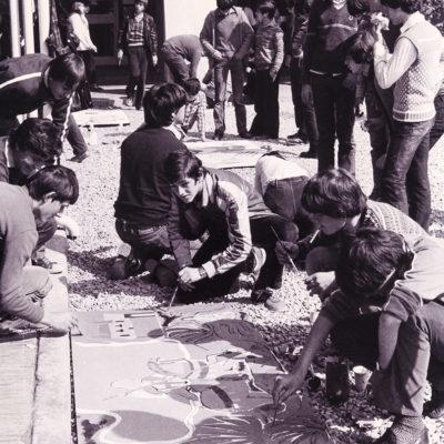 Pintada de murals durant la diada de Sant Jordi a l'Institut de Formació Professional de la Garrotxa. ACGAX. Servei d'Imatges. Col·lecció L'Abans. Cessió de l'INS La Garrotxa. Autor desconegut, 1982.