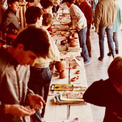 Diada de Sant Jordi a l'Institut de Formació Professional de la Garrotxa. ACGAX. Servei d'Imatges. Col·lecció L'Abans. Cessió de l'INS La Garrotxa. Autor desconegut, 1986.
