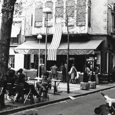 Celebració de la diada de Sant Jordi al passeig de Miquel Blay, o Firal. Al fons, la parada de la Llibreria Drac. ACGAX. Servei d'Imatges. Col·lecció L'Abans. Cessió de Llibreria Drac. Autor desconegut, 1982.