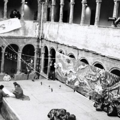 Vista parcial del claustre del Carme, durant el muntatge de l'escenari per la diada de Sant Jordi. ACGAX. Servei d'Imatges. Col·lecció L'Abans. Cessió de l'Escola d'Art d'Olot. Autor desconegut, 1989.