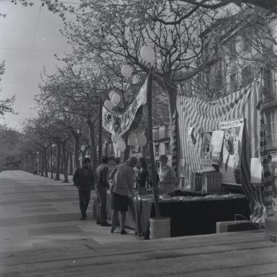 Celebració de la diada de Sant Jordi al passeig de Miquel Blay, o Firal. ACGAX. Servei d'Imatges. Fons Ramon Rovira Cortacans. Autor: Ramon Rovira Cortacans, 1970.