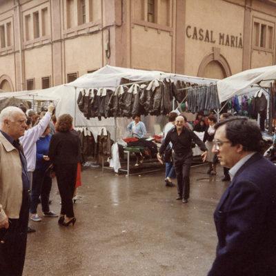 Mercat extraordinari de roba al passeig de Ramon Guillamet, o Firalet. ACGAX. Servei d'Imatges. Fons Jaume Tané Cufí. Autor desconegut, 1987.