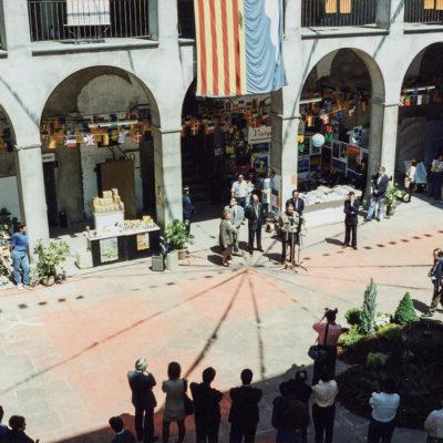 Inauguració de la Fira de l'1 de Maig al pati de l'Hospici. ACGAX. Servei d'Imatges. Fons Jaume Tané Cufí. Autor desconegut, 1994.