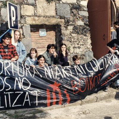 Protesta contra la celebració d'espectacles taurins abans de la cursa de braus. ACGAX. Servei d'Imatges. Fons Jaume Tané Cufí. Autor desconegut, 1996.