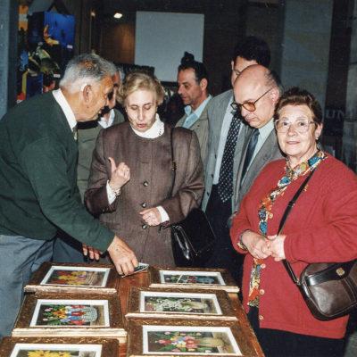 Les autoritats visitant els expositors al pati de l'Hospici. ACGAX. Servei d'Imatges. Fons Jaume Tané Cufí. Autor desconegut, 1997.