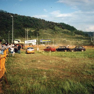 Eslàlom automobilístic al Polígon Industrial Pla de Baix. ACGAX. Servei d'Imatges. Fons Jaume Tané Cufí. Autor desconegut, 1998.