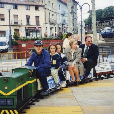 Mini tren passejant les autoritats al passeig de Miquel Blay, o Firal. ACGAX. Servei d'Imatges. Fons Jaume Tané Cufí. Autor desconegut, 1999.
